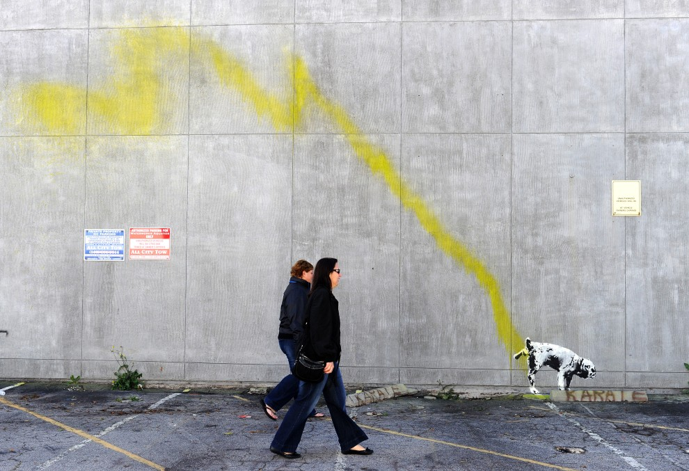 3. USA, Los Angeles, 17 lutego 2011: Graffiti przypisawane Banksy'emu na murze w  Beverly Hills. AFP PHOTO / GABRIEL BOUYS