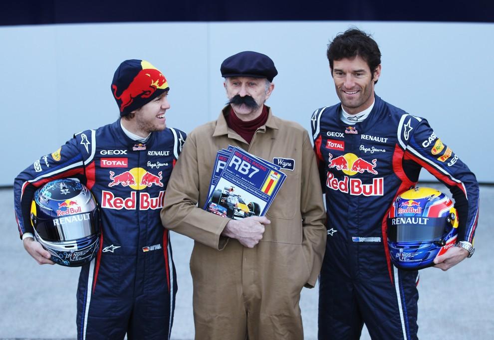 3. HISZPANIA, Walencja, 1 lutego 2011: Sebastian Vettel (po lewej) i  Mark Webber (po prawej) z zespołu Red Bull Racing podczas prezentacji bolidu RB7. (Foto:Paul Gilham/Getty Images)