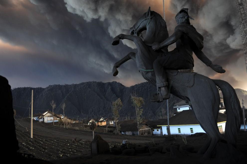 """3.INDONEZJA, Jawa, 24 grudnia 2010: Christophe Archambault, trzecia nagroda World Press Photo w kategorii """"Natura"""" za serię zdjęć dokumentujących   wybuch wulkanu Bromo na wyspie Jawa. AFP PHOTO / FILES / Christophe ARCHAMBAULT"""