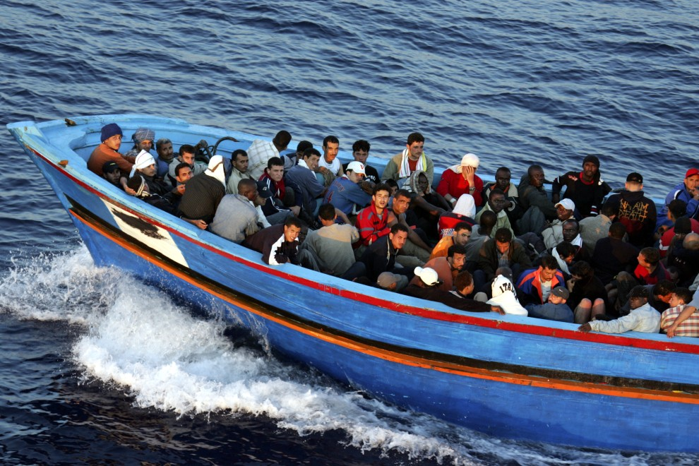 3. WŁOCHY, Lampedusa, 21 czerwca 2005: Łódź pełna imigrantów zauważona przez straż przybrzeżną w pobliżu Lampedusy. (Foto: Marco Di Lauro/Getty Images)