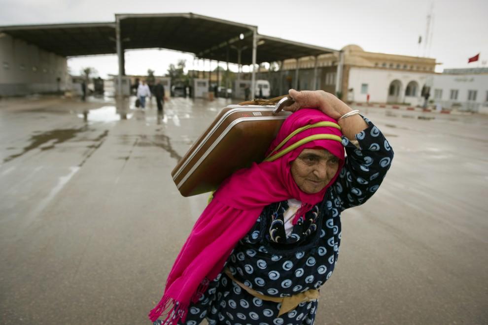 40. TUNEZJA, Ben Gardane 23 lutego 2011: Kobieta uciekająca z terytorium Libii. AFP PHOTO/LIONEL BONAVENTURE