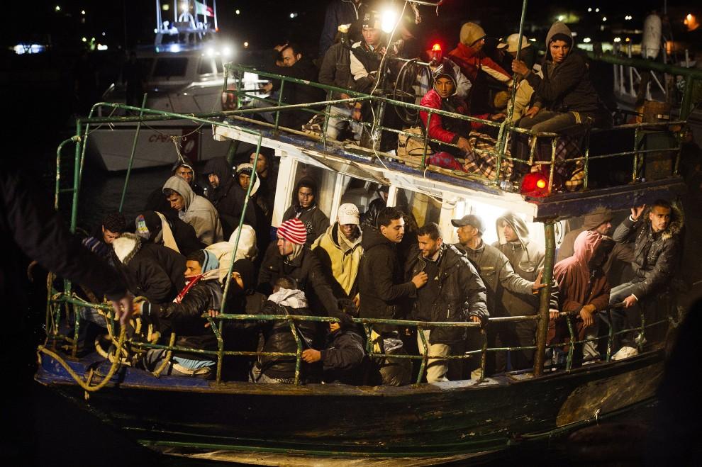 41. WŁOCHY, Lampedusa, 21 lutego 2011: Łódź z uchodźcami przybija do brzegu w Lampedusie. AFP PHOTO / ROBERTO SALOMONE