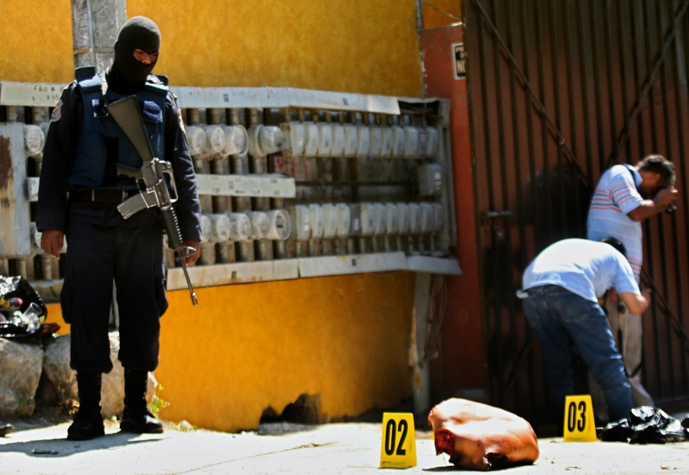 42. MEKSYK, Acapulco, 20 lutego 2011: Policja zabezpiecza miejsce, gdzie znaleziono poćwiartowane ciało kolejnej ofiary wojny narkotykowej. AFP PHOTO/Pedro Pardo