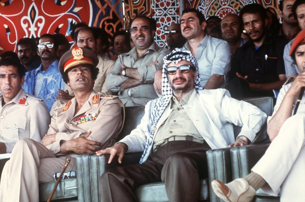 4. LIBIA, Trypolis, 26 sierpnia 1978: Muammar al-Kaddafi i Jaser Arafat oglądają parade wojskową. AFP