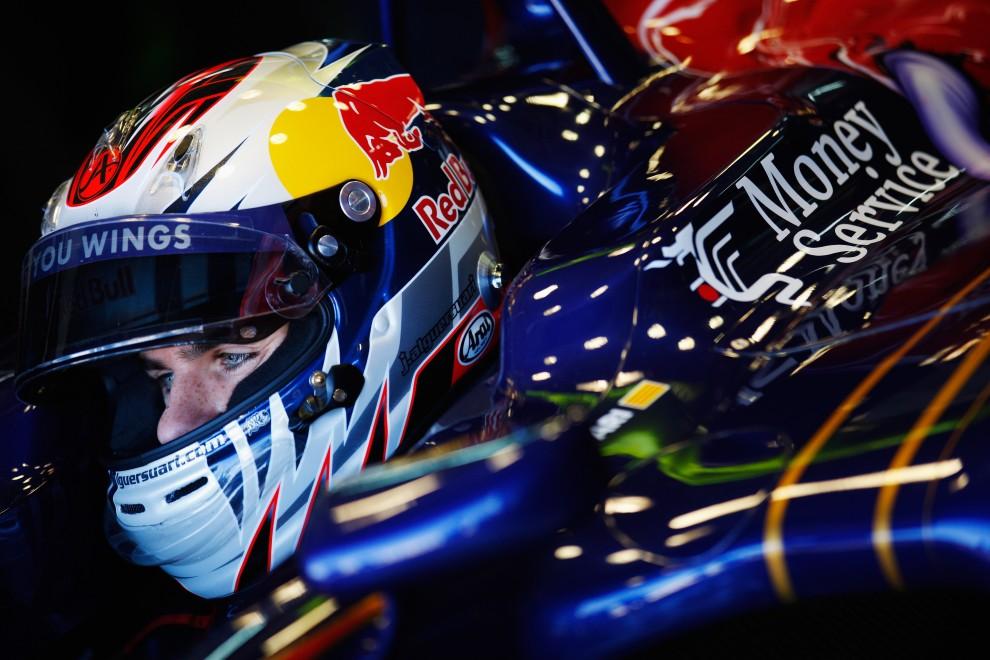 4. HISZPANIA, Walencja, 2 lutego 2011: Jaime Alguersuari (Scuderia Toro Rosso) przygotowuje się do przejazdu testowego. (Foto: Mark Thompson/Getty Images)