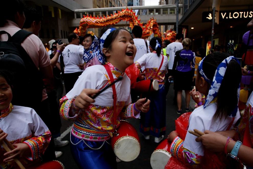 4. AUSTRALIA, Sydney, 6 lutego 2011: Zabawa na ulicy w Sydney podczas uroczystej parady. (Foto: Lisa Maree Williams/Getty Images)