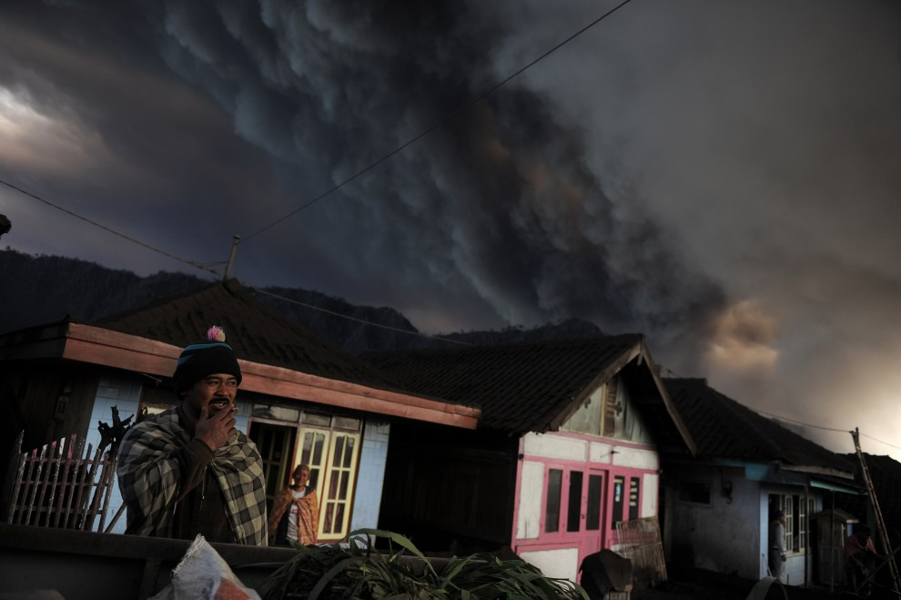 "4.	INDONEZJA, Jawa, 24 grudnia 2010: Christophe Archambault, trzecia nagroda World Press Photo w kategorii ""Natura"" za serię zdjęć dokumentujących   wybuch wulkanu Bromo na wyspie Jawa. AFP PHOTO / FILES / Christophe ARCHAMBAULT"