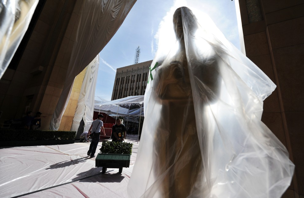 5. USA, Hollywood, 20 lutego 2009: Owinięta folia statuetka przed wejściem do Kodak Theatre. AFP PHOTO/Jewel SAMAD