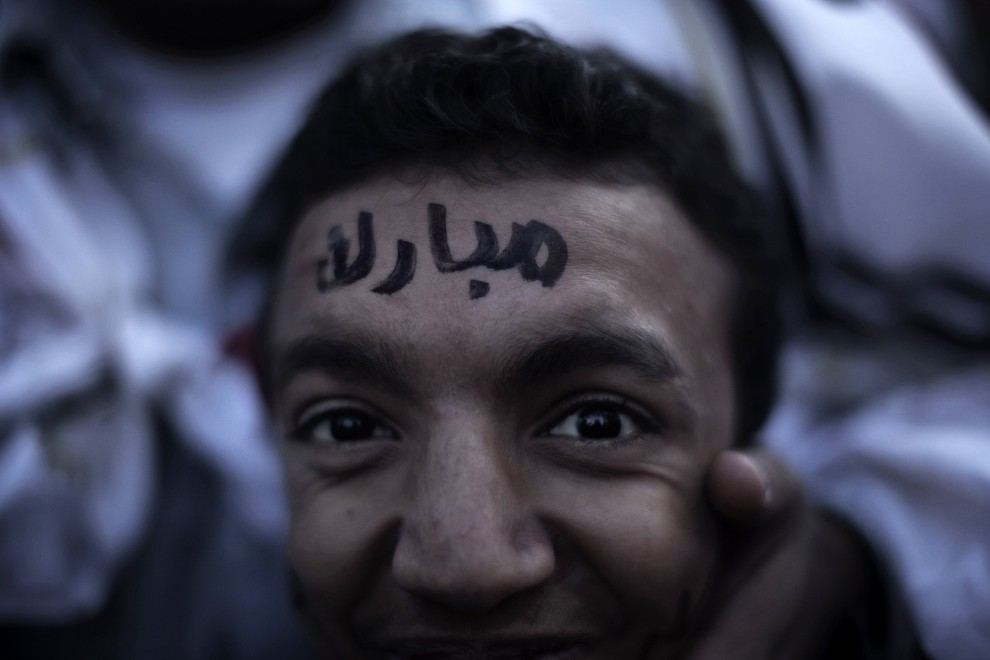 5. EGIPT, Kair, 2 lutego 2011: Imię prezydenta Egiptu wypisane na czole jego zwolennika. AFP PHOTO/MARCO LONGARI