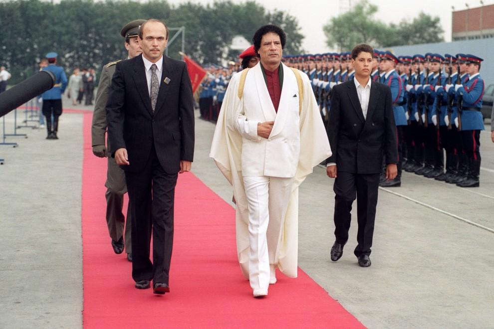 6. JUGOSŁAWIA (obecnie Serbia), Belgrad, 3 września 1989: Muammar al-Kaddafi (po prawej syn Seif Ul-Islam) w trakcie wizyty w Jugosławii. AFP