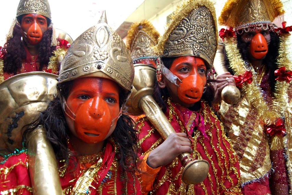 6. INDIE, Amritsar, 11 lutego 2011: Uczestnicy procesji religijnej w przebraniu boga Hanumana. AFP PHOTO/NARINDER NANU
