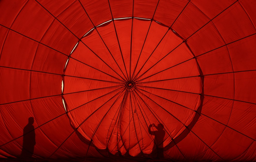 6. FILIPINY, Pampanga, 10 lutego 2011: Nadmuchiwany balon podczas zawodów balonowych zorganizowanych w Pampanga. AFP PHOTO/NOEL CELIS