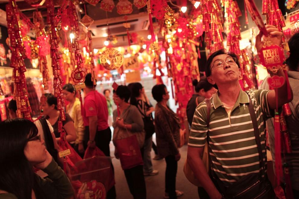 6. SINGAPUR, 1 lutego 2011: Mężczyzna kupuje noworoczne. (Foto: Chris McGrath/Getty Images)