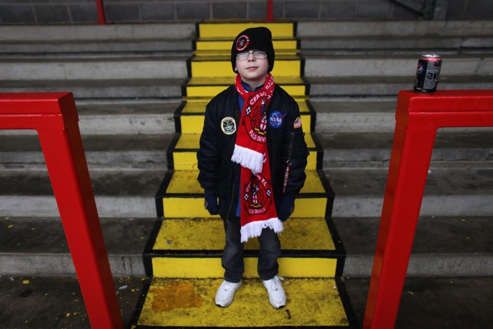 6. WIELKA BRYTANIA, Crawley, 19 lutego 2011: Młody kibic drużyny Crawley Town przed meczem z Manchesterem United. (Foto:  Oli Scarff/Getty Images)