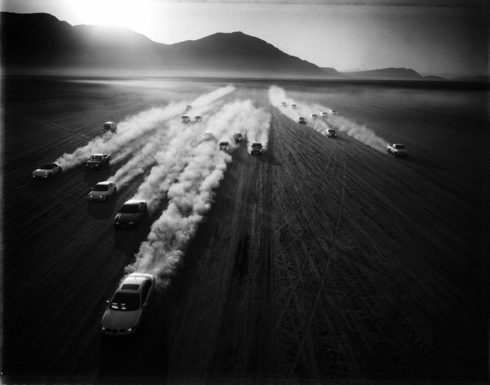 """6.Tomasz Gudzowaty otrzymał drugą nagrodę w kategorii Sports Stories za reportaż """"Mexico's Car Frenzy"""". Nagrodzony reportaż przedstawia nieformalną   grupę miłośników tuningowanych samochodów i szybkiej jazdy. Zdjęcia wykonano w listopadzie i grudniu 2010 roku w Mexico City. (mr) PAP/Yours Gallery/Fotoagentur Focus/Tomasz Gudzowaty"""
