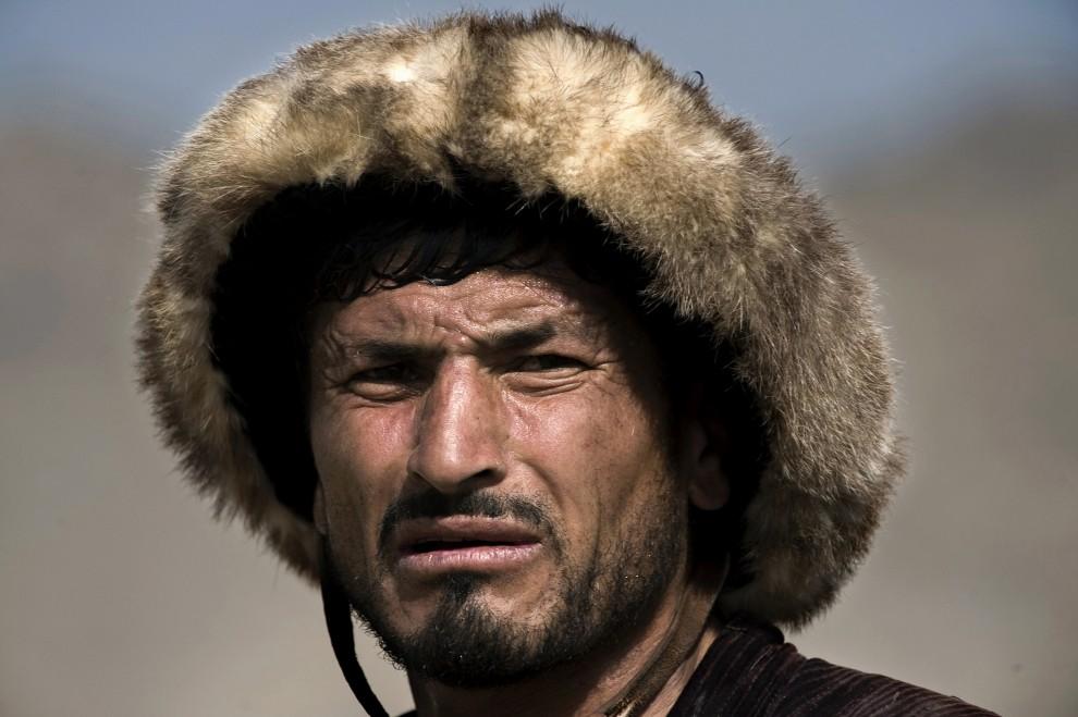 7. AFGANISTAN, Kabul, 6 listopada 2009: Uczestnik buzkaszi obserwuje pozostałych zawdoników. AFP PHOTO/ Nicolas ASFOURI