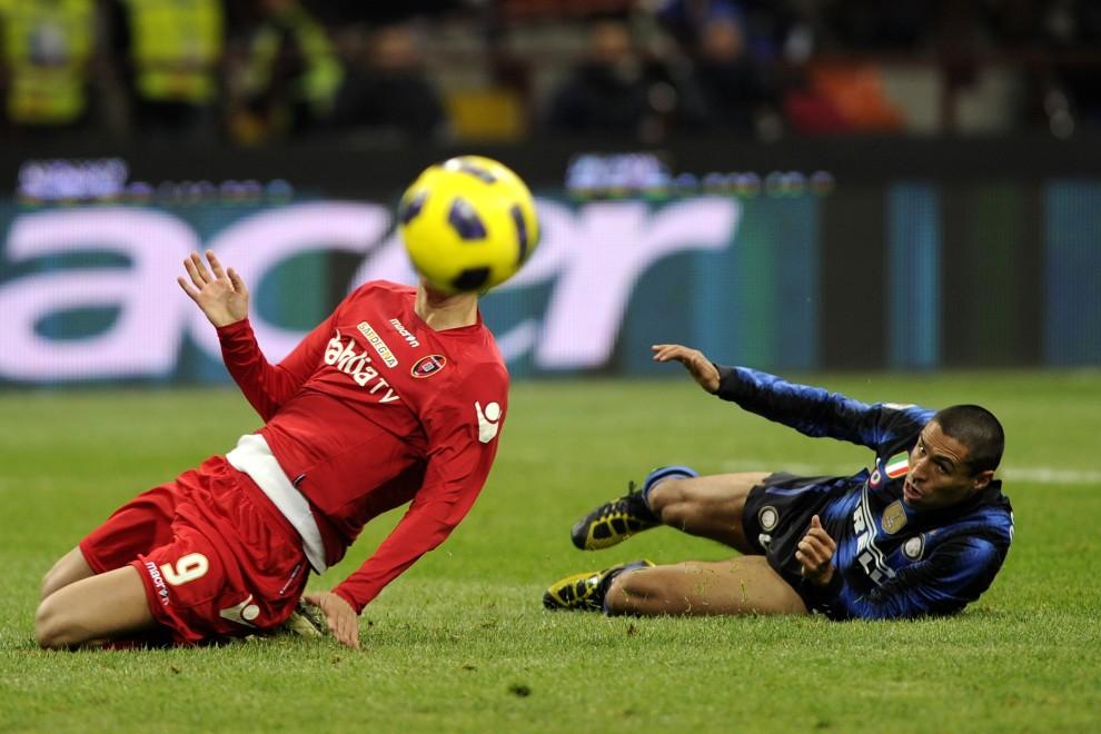 7. WŁOCHY, Mediolan, 19 lutego 2011:  Ramiro Cordoba (po prawej) walczy o piłkę z Robertem Acquafresca. AFP PHOTO / OLIVIER MORIN