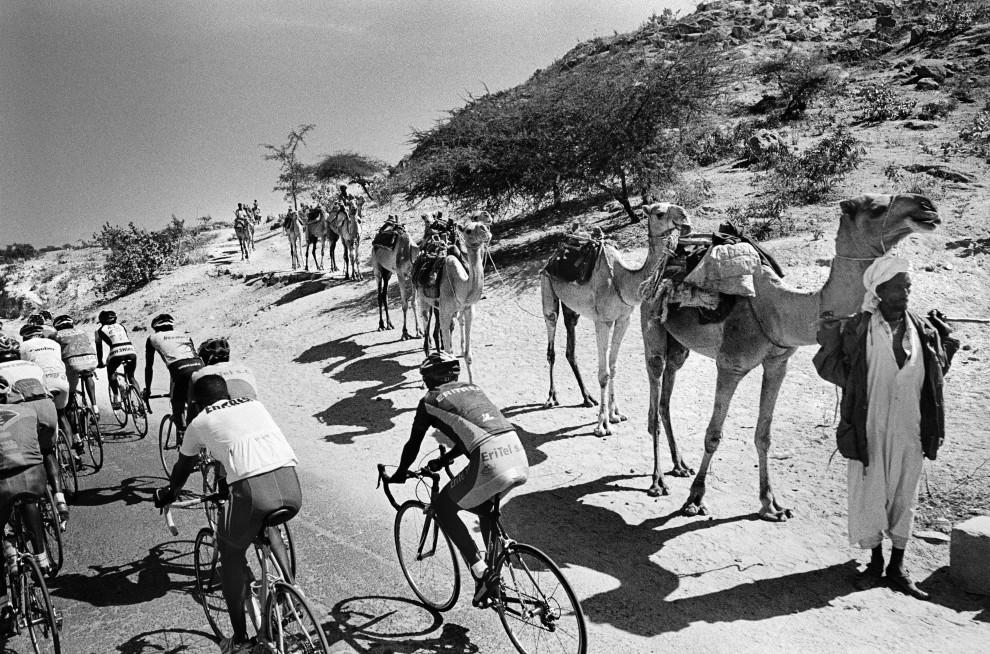 """7.Chris Keulen zdobył III nagrodę World Press Photo w kategorii """"Sport - reportaż"""". Na zdjęciu uczestnicy wyścigu kolarskiego Tour Eritrea. PAP/EPA."""