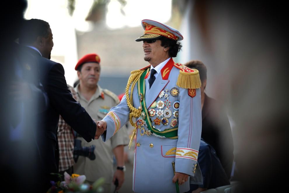 8. LIBIA, Trypolis, 1 września 2009: Muammar al-Kaddafi wita gości przybyłych na uroczystości związane z rocznicą przejęcia władzy w Libii. AFP PHOTO/AMMAR ABD RABBO