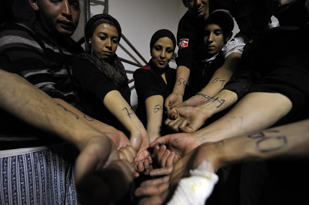 8. GRECJA, Agathonissi, 28 maja 2009: Imigrantki pokazują ręce z numerami przydzielonymi im przez policję. AFP PHOTO / ARISris Messinis