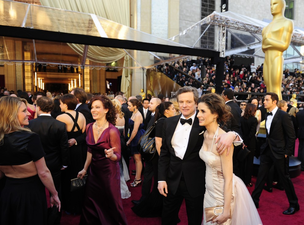 8. USA, Hollywood, 27 lutego 2011: Colin Firth w towarzystwie żony na czerwonym dywanie przed wejściem do Kodak Theatre. AFP PHOTO/Robyn BECK