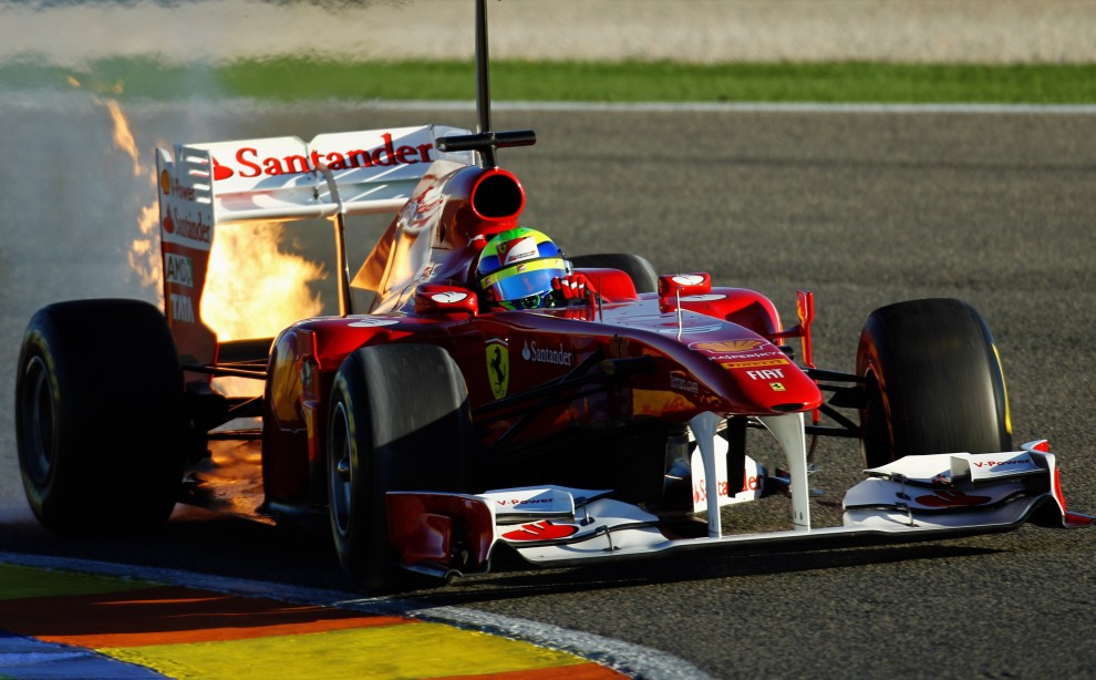 8. HISZPANIA, Walencja, 3 lutego 2011: Płomienie wydobywają się z bolidu Ferrari. (Foto:  Paul Gilham/Getty Images)
