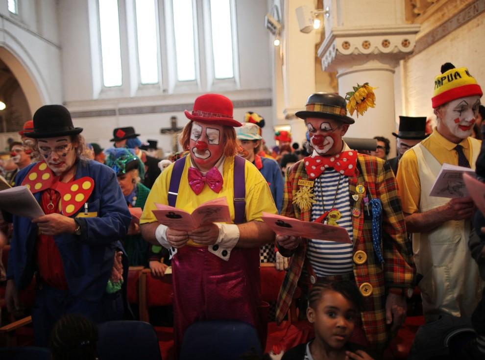 8. WIELKA BRYTANIA, Londyn, 16 lutego 2011: Nabożeństwo w intencji  Josepha Grimaldiego (najsławniejszego klauna w Wielkiej Brytanii) z udziałem klaunów. Foto: Matthew Lloyd/Getty Images)