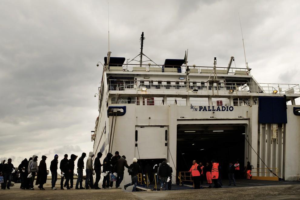 9. WŁOCHY, Lampedusa, 14 lutego 2011: Zatrzymani Tunezyjczycy przewożeni do centrum dla uchodźców. AFP PHOTO / ROBERTO SALOMONE