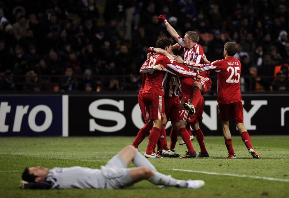 9. WŁOCHY, Mediolan, 23 lutego 2011: Zawodnicy Bayernu Monachium cieszą się ze zdobycia zwycięskiej bramki w meczu z Interem Mediolan. AFP PHOTO / OLIVIER   MORIN