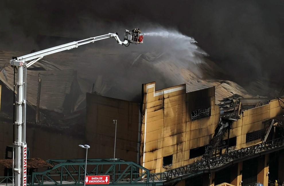 9. BRAZYLIA, Rio de Janeiro, 7 lutego 2011: Płonący magazyn fabryki kostiumów. AFP PHOTO/Vanderlei ALMEIDA