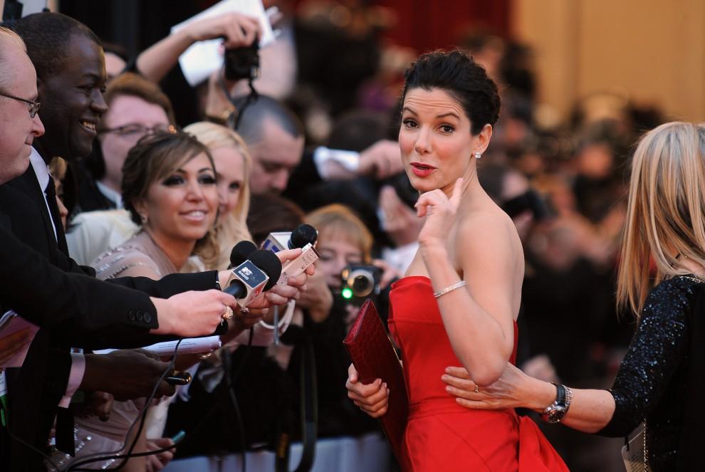 9. USA, Hollywood, 27 lutego 2011: Sandra Bullock udziela wywiadu na czerwonym dywanie. AFP PHOTO / ROBYN BECK