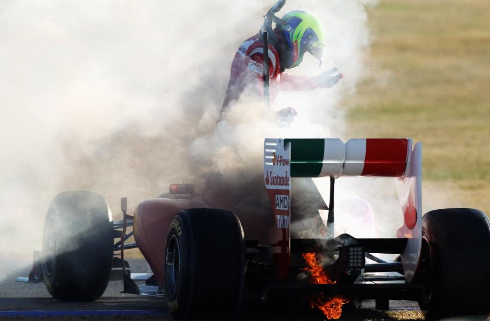 9. HISZPANIA, Walencja, 3 lutego 2011: Felipe Massa wyskakuje z płonącego bolidu. (Foto:  Mark Thompson/Getty Images)