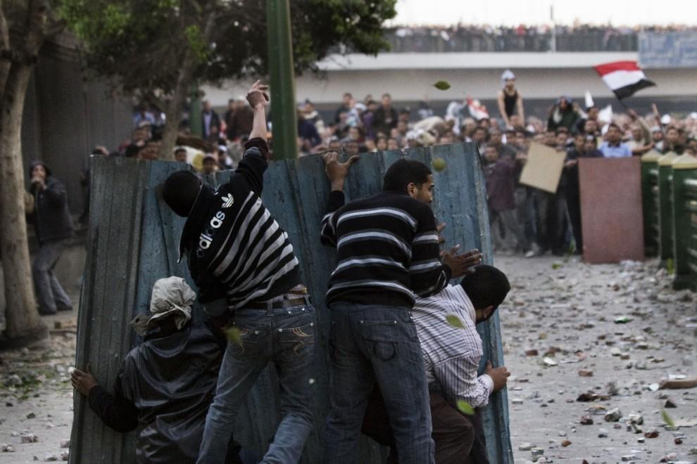 9. EGIPT, Kair, 2 lutego 2011: Starcia na ulicach zwolenników prezydenta z opozycjonistami. AFP PHOTO/MARCO LONGARI