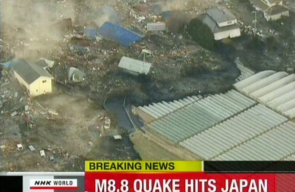 40. JAPONIA, Sendai, 11 marca 2011: Napierająca na brzeg Sendai fala tsunami. AFP PHOTO / HO / CCTV