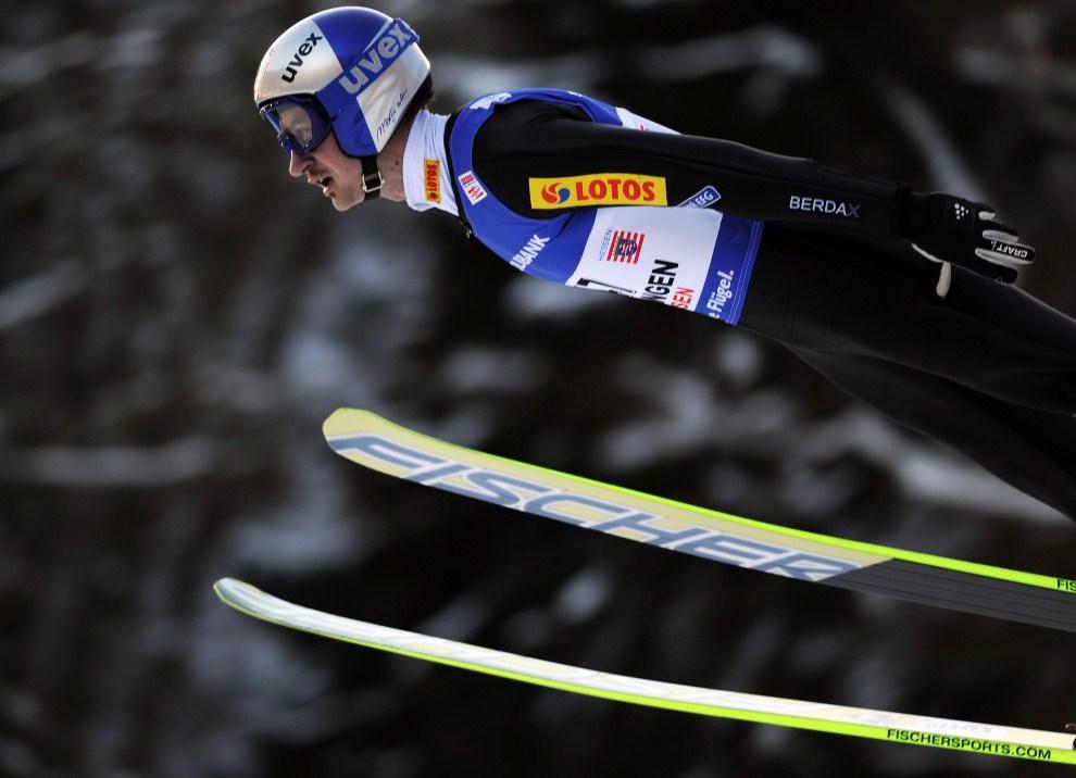 10. NIEMCY, Willingen, 30 stycznia 2011: Adam Małysz podczas startu w Willingen. AFP PHOTO / PATRIK STOLLARZ