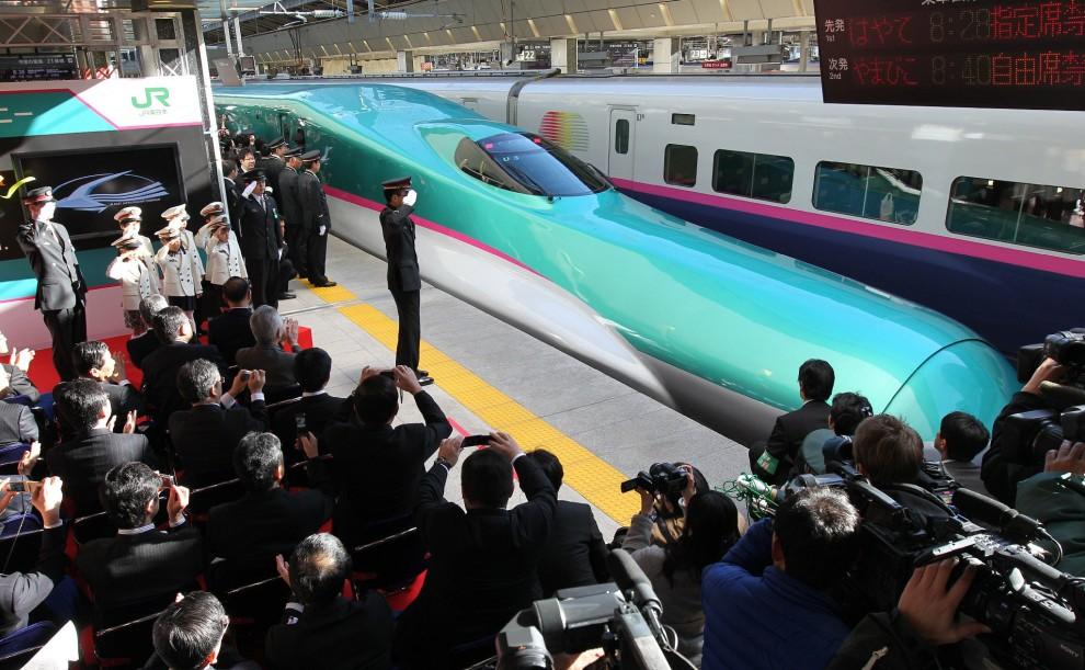 """10. JAPONIA, Tokio, 5 marca 2011: Nowy pociąg """"Hayabusa"""" (prędkość maksymalna to 300 km/h) odjeżdża z dworca w Tokio. AFP PHOTO / JIJI PRESS"""