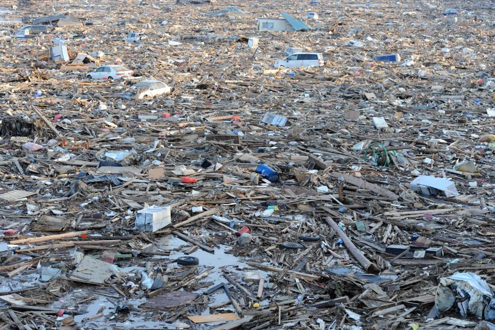 10. JAPONIA, Natori , 13 marca 2011: Pozostałości po opadającej wodzie w Natori. AFP PHOTO/MIKE CLARKE