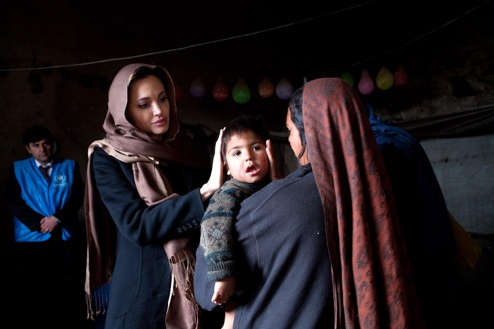 10. AFGANISTAN, Kabul, 2 marca 2011: Ambasadorka Dobrj Woli – Angelina Jolie podczas wizyty w Afganistanie. AFP PHOTO / UNHCR / JASON TANNER