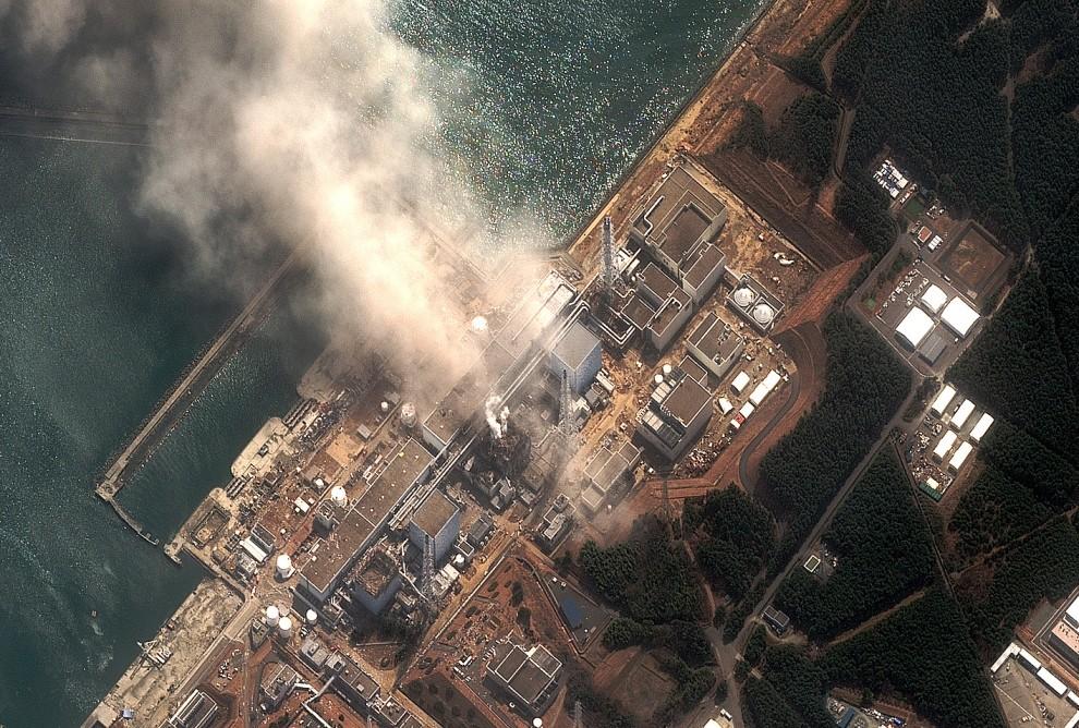 10. JAPONIA, Okuma, 14 marca 2011: Uszkodzona elektrownia atomowa. AFP PHOTO/HO/DigitalGlobe/www.digitalglobe.com