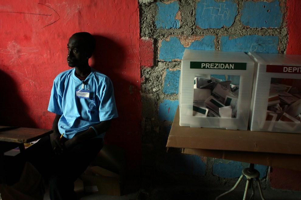 10. HAITI, Port-au-Prince, 20 marca 2011: Członek komisji wyborczej w Port-au-Prince. AFP PHOTO/Hector Retamal