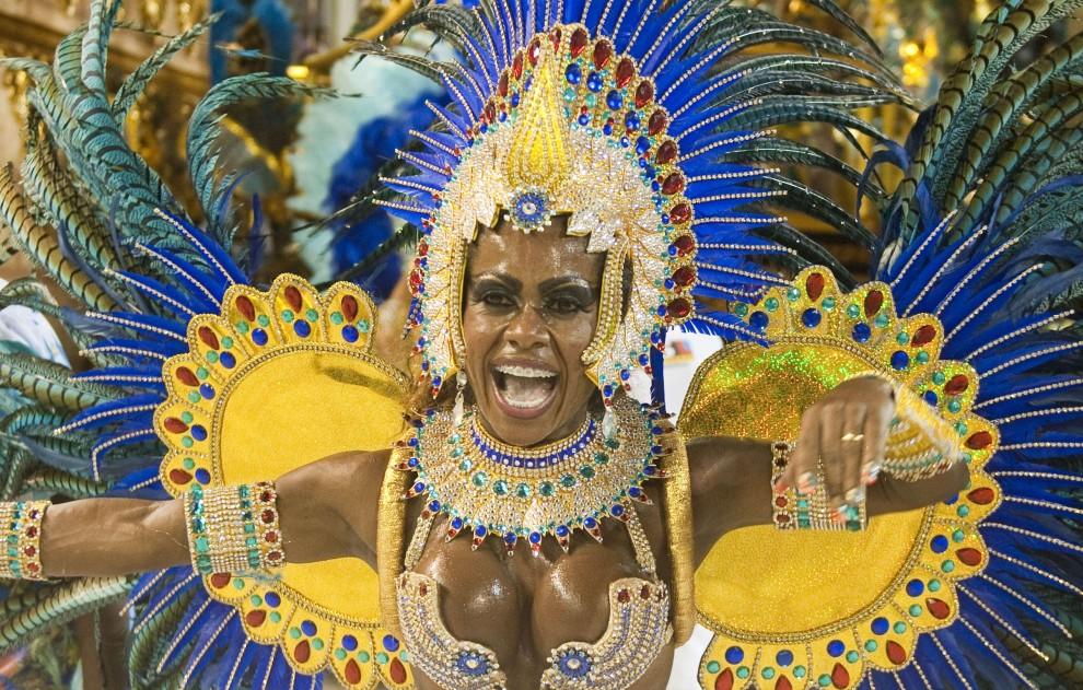 10. BRAZYLIA, Rio de Janeiro, 6 marca 2011: Tancerka szkoły Portela podczas zabawy na Sambodromie. AFP PHOTO / ANTONIO SCORZA