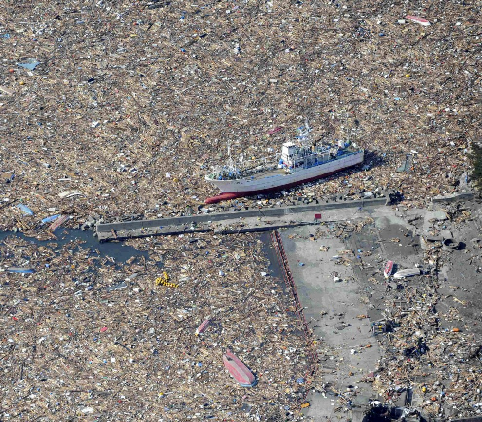 11. JAPONIA, Kamaishi, 12 marca 2011: Łódź rybacka pośród szczątków niesionych przez wodę. AFP PHOTO /YOMIURI SHIMBUN