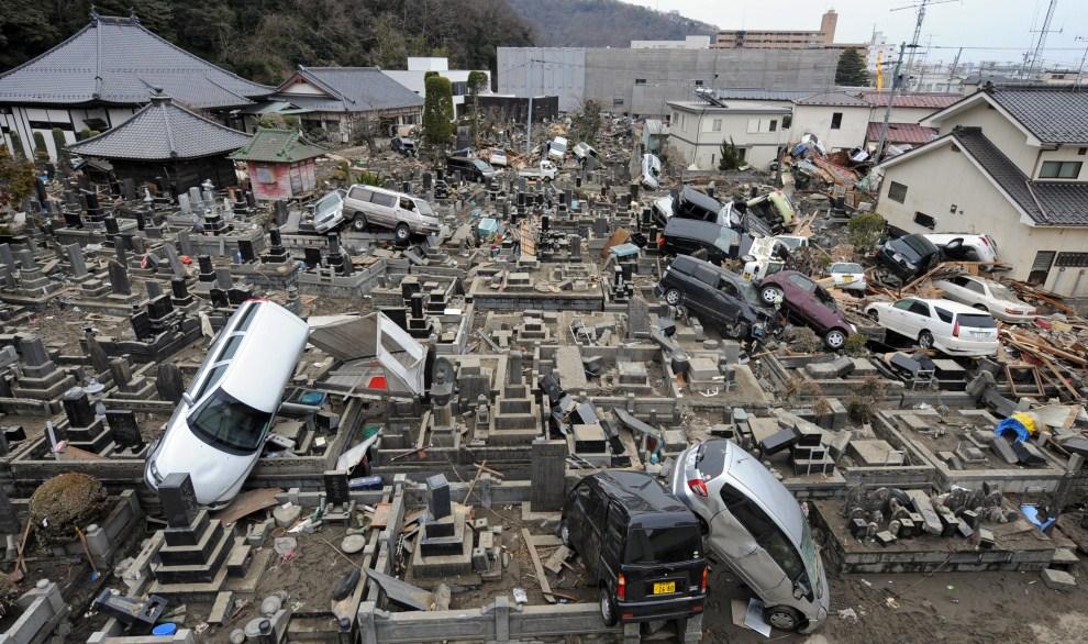 11. JAPONIA, Ishinomaki, 21 marca 2011: Samochody rzucone prze falę na cmentarz w Ishinomaki. AFP PHOTO / MIKE CLARKE