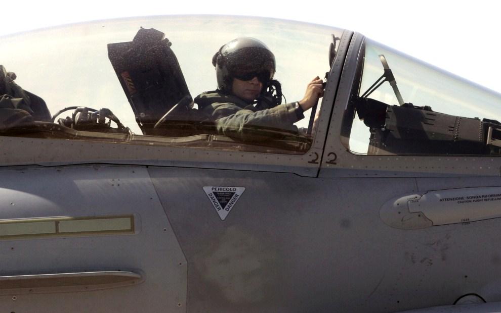 11. WŁOCHY, Trapani, 21 marca 2011: Kanadyjski pilot w kokpicie F/A18 Hornet. AFP PHOTO / MARCELLO PATERNOSTRO