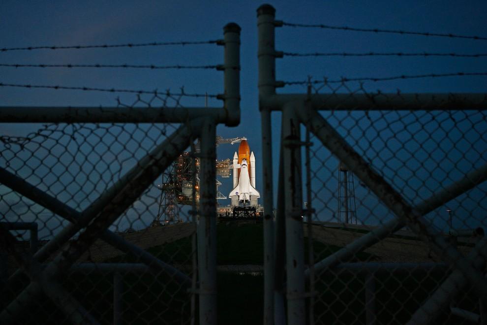 11. USA, Canaveral, 22 października 2005: Wahadłowiec Discovery widziany zza ogrodzenia Centrum Lotów Kosmicznych im. Johna F. Kennedy'ego. Chip Somodevilla/Getty Images/AFP