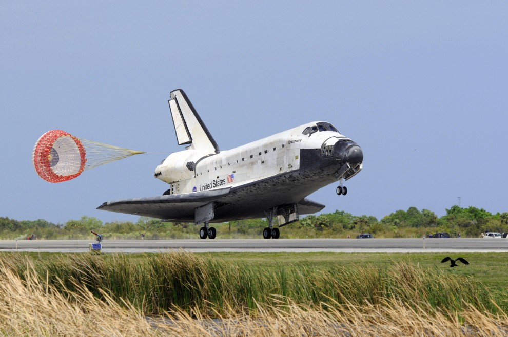 11. USA, Przylądek Canaveral, 9 marca 2011: Wahadłowiec Discovery ląduję po powrocie ze swojej ostatniej misji. AFP PHOTO / Bruce Weaver