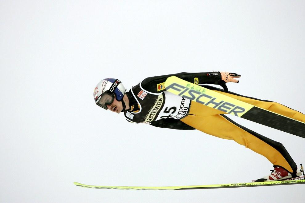 11. NIEMCY, Oberstdorf, 27 stycznia 2007: Adam Małysz w powietrzu nad zeskokiem skoczni w Oberstdorfie. (Foto: Agence Zoom/Getty Images)