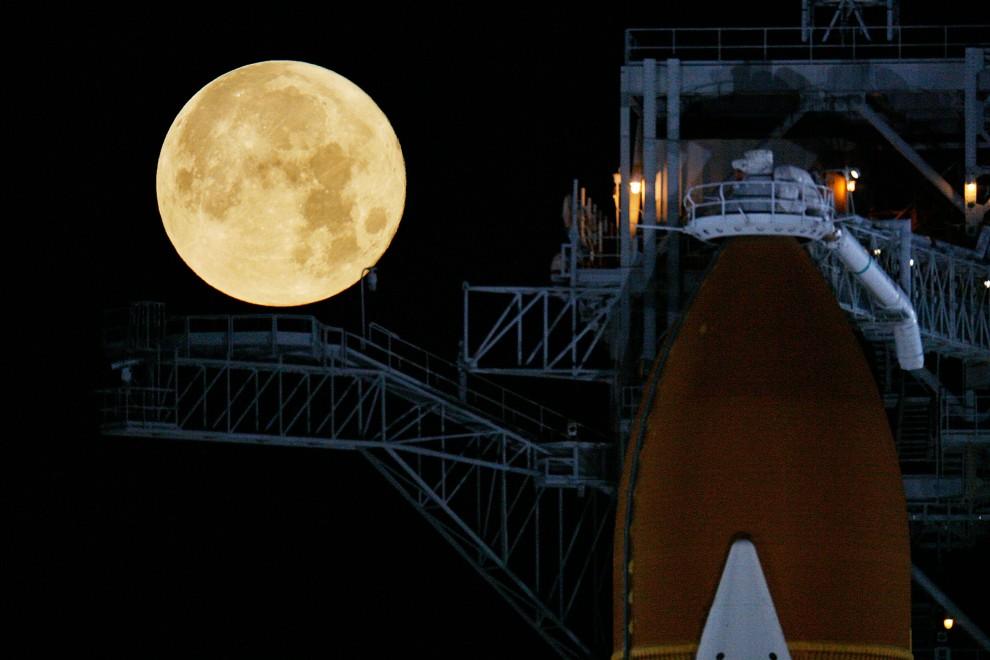 12. USA, Canaveral, 11 marca 2009: Zewnętrzny zbiornik paliwa na tle księżyca. Eliot J. Schechter/Getty Images/AFP