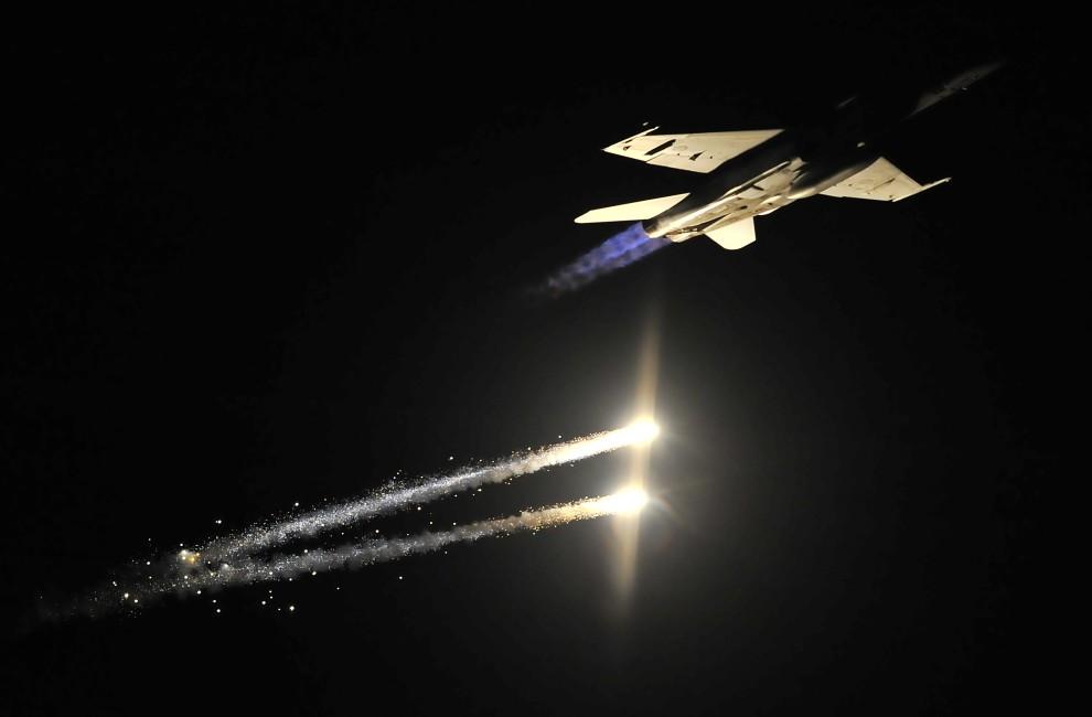 12. AUSTRALIA, Melbourne, 4 marca 2011: Samolot myśliwsko-szturmowy F-18 podczas pierwszego dnia pokazów lotniczych w Melbourne. AFP PHOTO / Paul CROCK