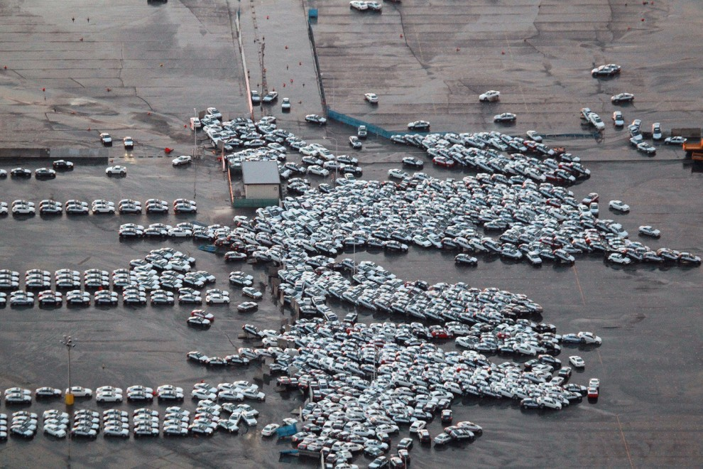 12. JAPONIA, Hitachinaka, 11 marca 2011: Zniszczone samochody, które przygotowane były na eksport.  AFP PHOTO / JIJI PRESS